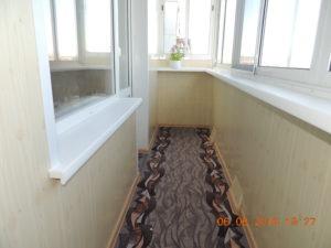 Алюминиевое остекление. Стены-ПВХ панель, цвет: сосна.Откосы на балконном блоке - Сэндвич панель. Пол-ДСП+Ковровое покрытие.