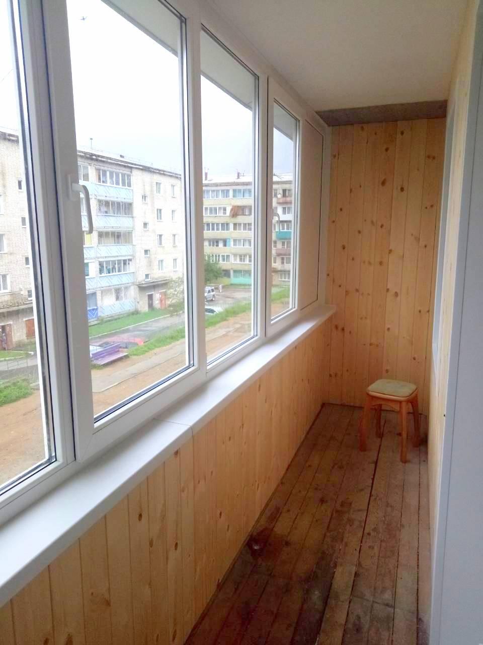 Остекление ПВХ (Теплое). Внутренняя отделка балкона - Евровагонка.  Без ремонта пола.