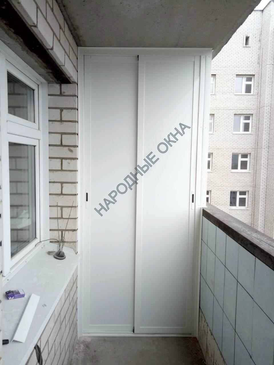 Шкаф на балкон с раздвижными створками и полками внутри.